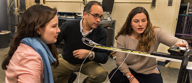 Professor Eric Hernandez works with engineering students Elizabeth Richards and Elli Terwiel.